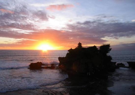 tanah-lot-temple-at-sunset