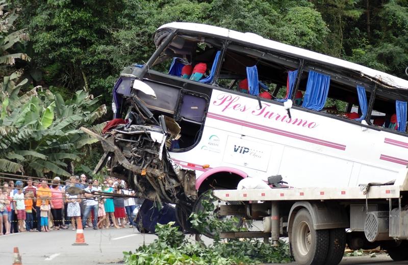 Acidente envolvendo ônibus deixa vários feridos e cinco mortos na BR-280, em Corupá-SC Um grave acidente de trânsito em Santa Catarina, que envolveu um ônibus que transportava pessoas que voltavam de compras no Paraguai e também um VW Cross Fox, onde estavam quatro pessoas de uma mesma família, deixou cinco pessoas mortas e vinte e um feridos na manhã deste domingo (22). No carro havia um casal e dois filhos, entre eles uma menina de apenas 29 dias, todos eles perderam a vida do local. A quinta vítima fatal estava no ônibus.